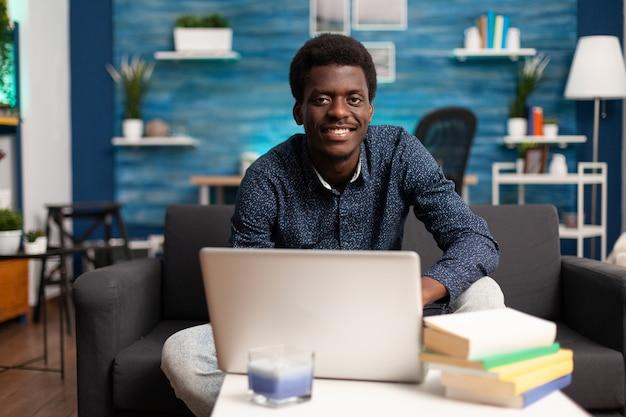 Zwarte ondernemer op online conferentie op afstand