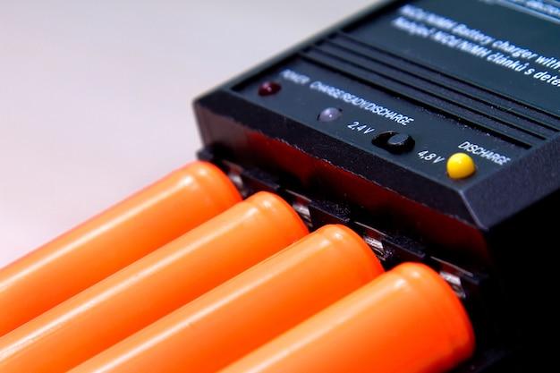Zwarte oplader met oranje batterij