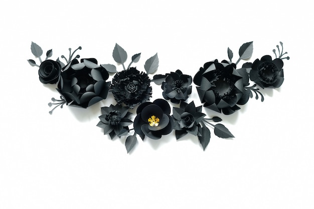 Zwarte papieren bloemen op wit. knip van papier.