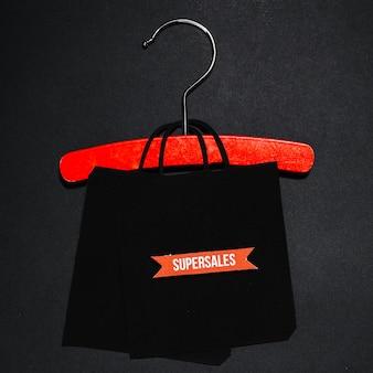 Zwarte papieren zak op rode hanger