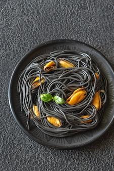 Zwarte pasta met mosselen en parmezaanse kaas