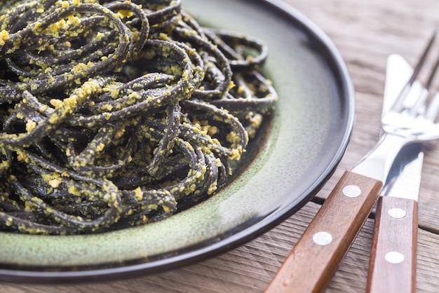 Zwarte pasta met pestosaus