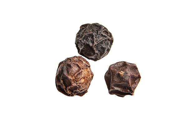 Zwarte peperkorrels op geïsoleerd wit