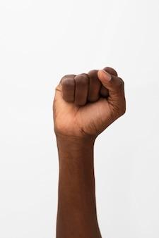 Zwarte persoon die hun vuist omhoog houdt