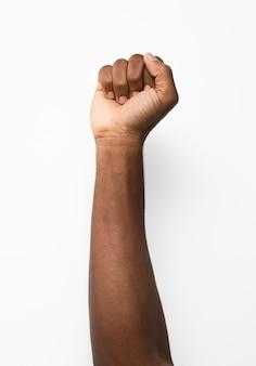 Zwarte persoon die vuist omhoog houdt