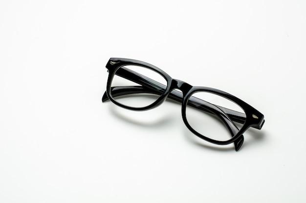 Zwarte plastic bril en een schaduw op witte achtergrond