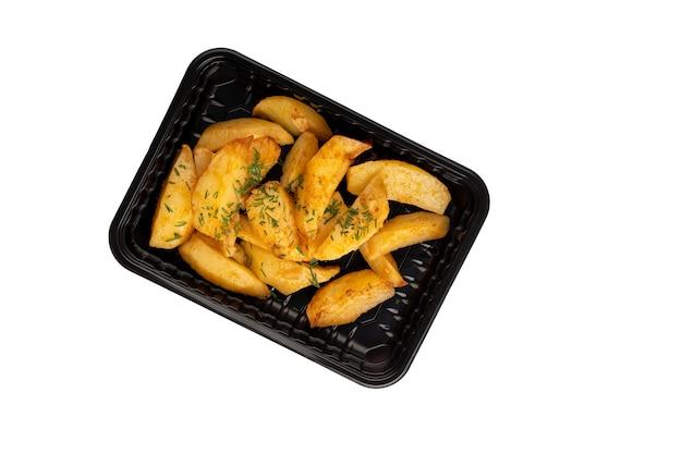 Zwarte plastic container met smakelijke aardappelpartjes geïsoleerd op een witte achtergrond