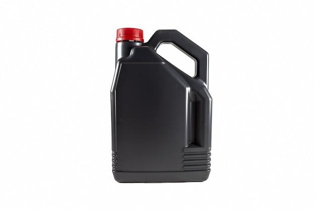 Zwarte plastic motorolie jerrycan 5 liter geïsoleerd op witte achtergrond