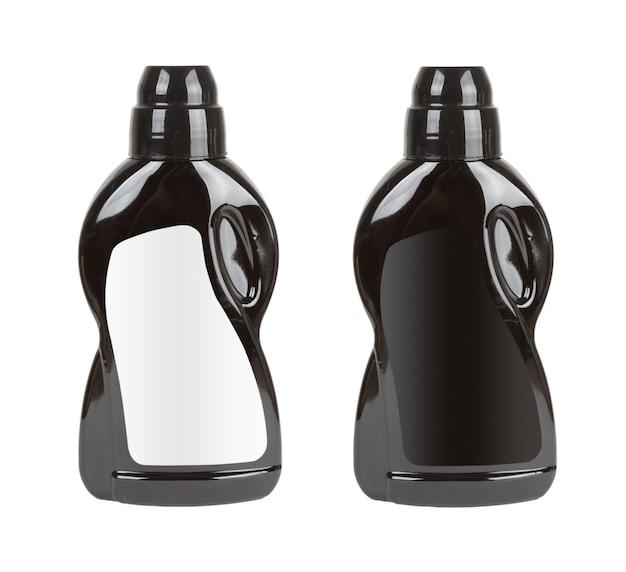 Zwarte plastic wasmiddelflessen met blanco etiketten voor jouw ontwerp op een witte achtergrond