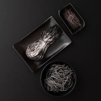 Zwarte platen met pasta op een donkere achtergrond