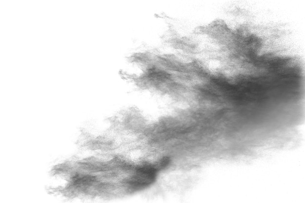Zwarte poeder explosie. de deeltjes van houtskool ploeteren op witte achtergrond
