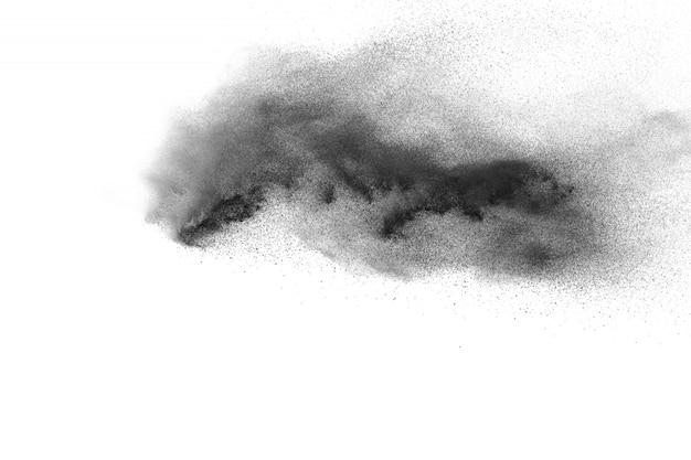 Zwarte poederexplosie op witte achtergrond.