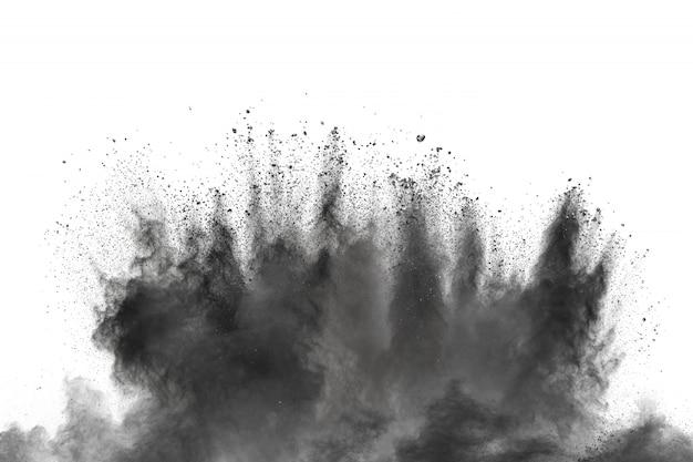 Zwarte poederexplosie tegen witte achtergrond.