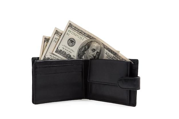 Zwarte portemonnee met honderd dollarbiljetten op een wit