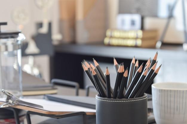 Zwarte potloden op werktafel thuis