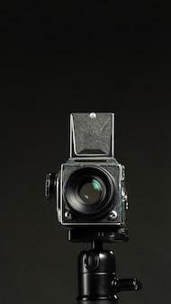 Zwarte professionele camera in een minimalistische studio