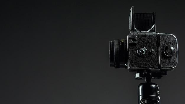 Zwarte professionele camera met kopie ruimte