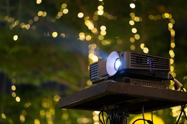 Zwarte projector op tafel klaar voor presentatie in het geel