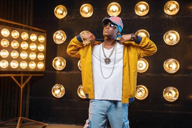 Zwarte rapper in pet, optreden op het podium