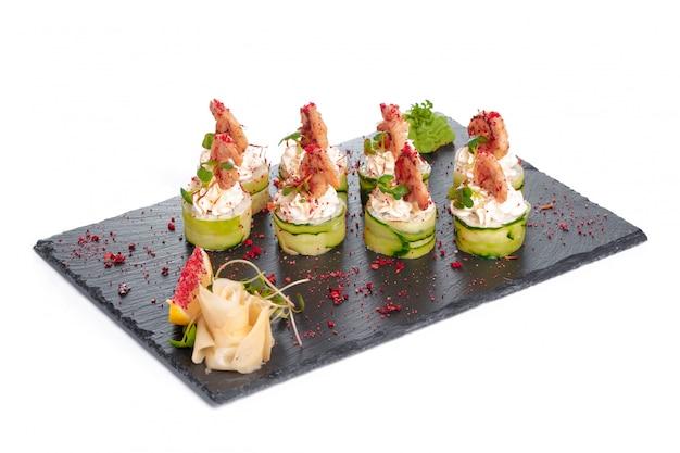Zwarte rechthoekplaat met sushi