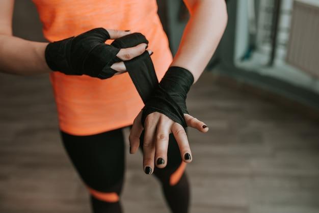 Zwarte riem op handen zetten voor de training. detailopname
