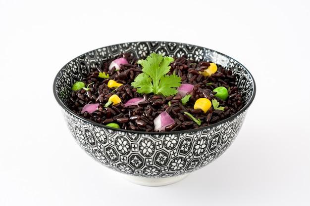 Zwarte rijst en groenten die op wit wordt geïsoleerd