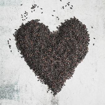 Zwarte rijst in de vorm van een hart