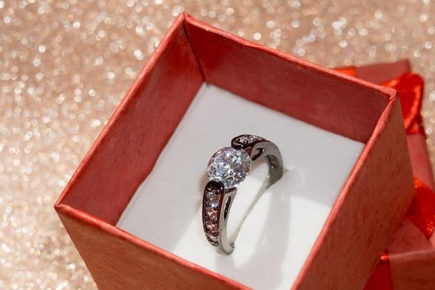 Zwarte ring en geschenkdoos