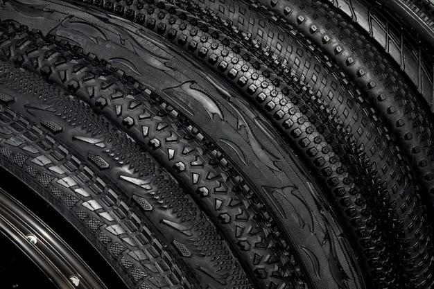 Zwarte rubberen banden van mountainbikes voor off-road fietsen buiten