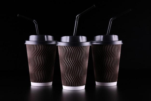 Zwarte ruimte om drie koffiekopjes mee te nemen. koffie om mee te nemen. mockup