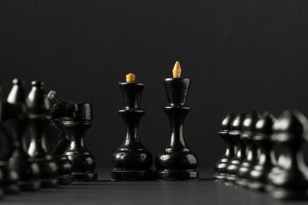 Zwarte schaakstukken op zwarte achtergrond