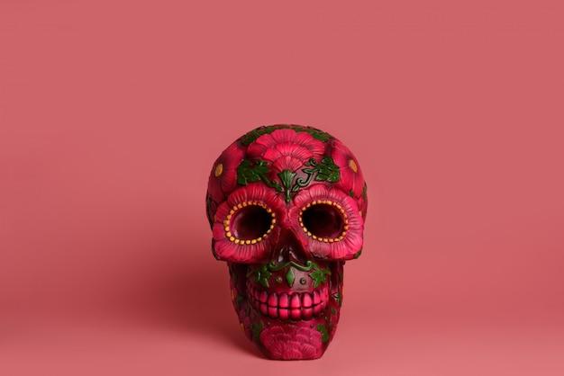 Zwarte schedel is versierd met magenta en rode bloemen