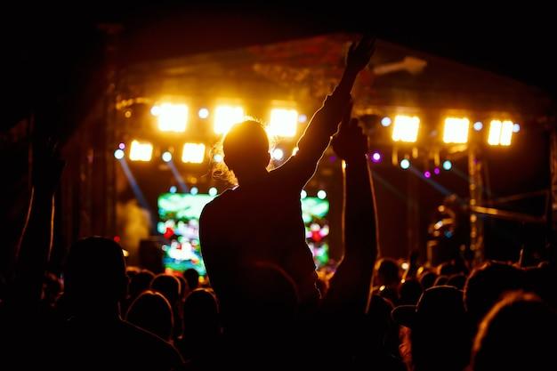 Zwarte silhouetten mensen op rockconcert