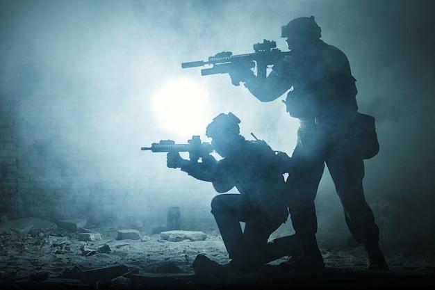 Zwarte silhouetten van soldaten
