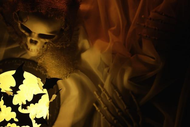 Zwarte silhouetten van vleermuizen op een achtergrond van de maan. halloween-concept. enge achtergrond. angstaanjagende abstracte objecten voor halloween.