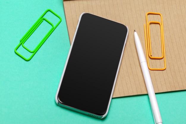 Zwarte smartphone op de tafel