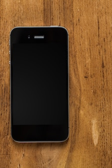 Zwarte smartphone op tafel