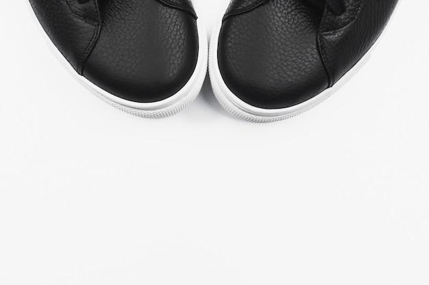 Zwarte sneakers. plat lag, bovenaanzicht minimale achtergrond.