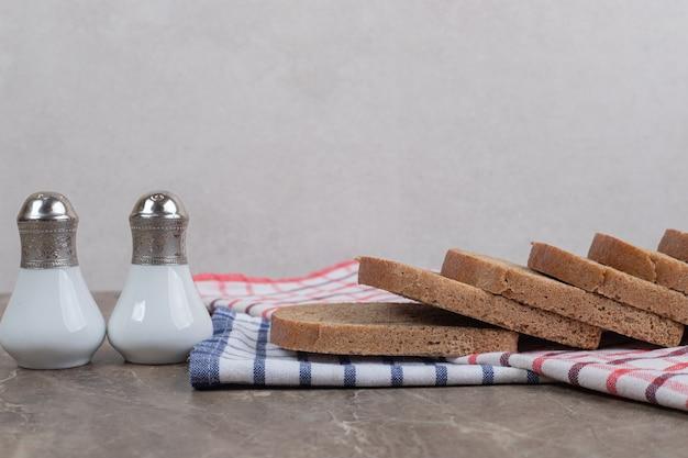 Zwarte sneetjes brood en zout op tafelkleden. hoge kwaliteit foto