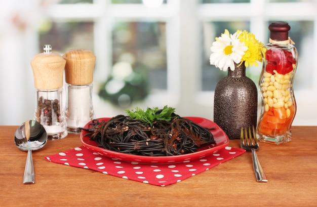 Zwarte spaghetti op helder oppervlak