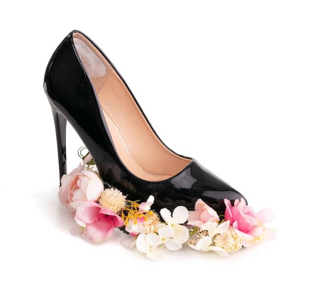 Zwarte spike hiel schoen op witte ondergrond