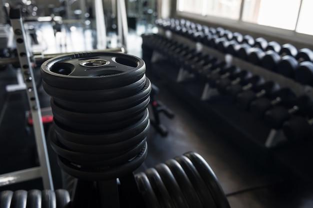 Zwarte stalen burbell schijven in de sportschool