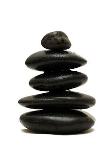 Zwarte stenen die op witte achtergrond worden geïsoleerd
