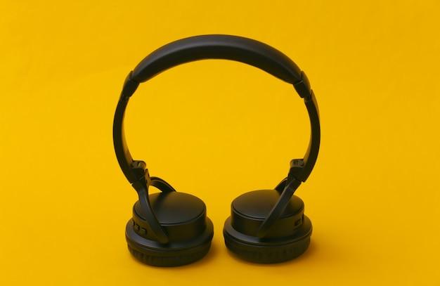 Zwarte stereo hoofdtelefoon staat op gele achtergrond