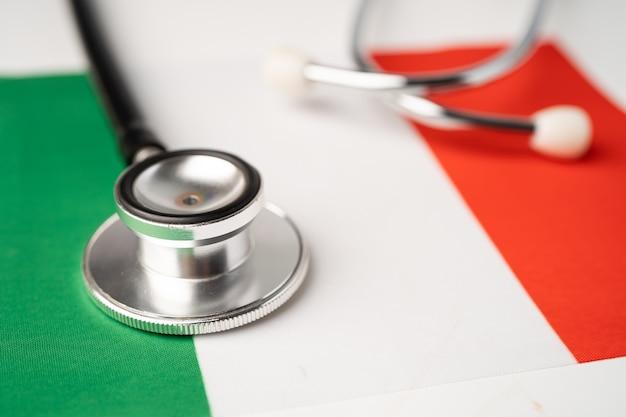 Zwarte stethoscoop op de vlag van italië.