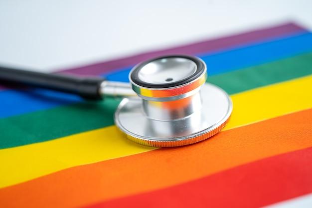 Zwarte stethoscoop op het symbool van de regenboogvlag als achtergrond van lgbt-trotsmaand