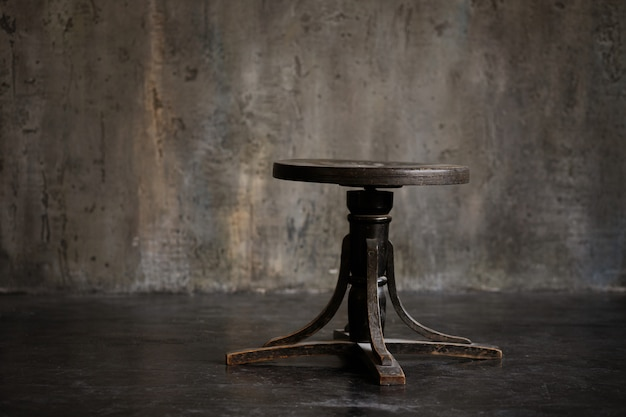 Zwarte stoel op een donkere ruimte. interieur details