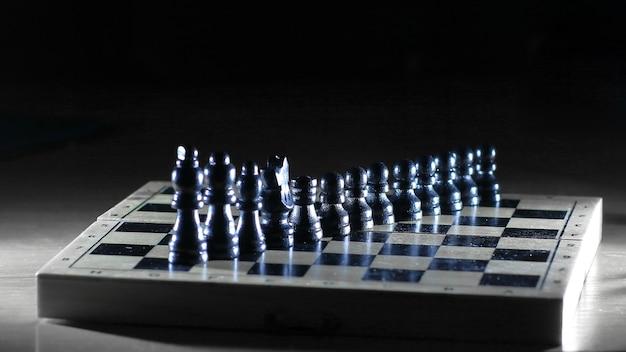 Zwarte stukken op een schaakbord. foto met kopie ruimte.