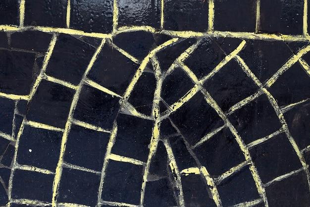 Zwarte tegels op de muur