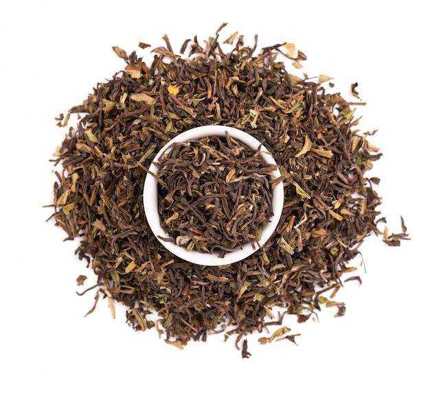 Zwarte thee darjeeling, geïsoleerd op een witte achtergrond